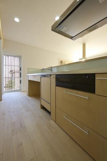 キッチン、生成り、パイン材、白壁、室内インテリア、雑貨、照明、格子窓、無垢