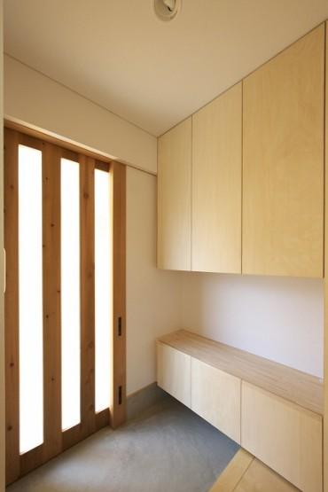 玄関収納、生成りの引き戸、タイル、玄関ステップ、白壁、間接照明、三重の木