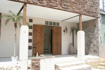 オリジナルの木製扉と現地の彫刻