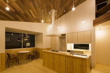 キッチン リビング 夜 円相の家 建築家 梶浦 博昭