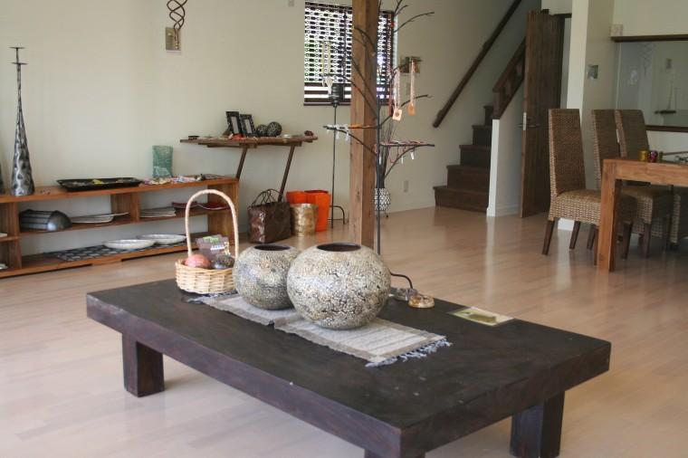 重厚なテーブルとオープンなリビング