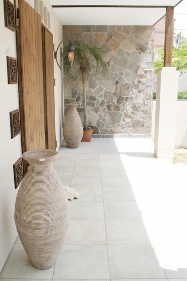 アジアンリゾートな雰囲気に乱張りの石が映えます