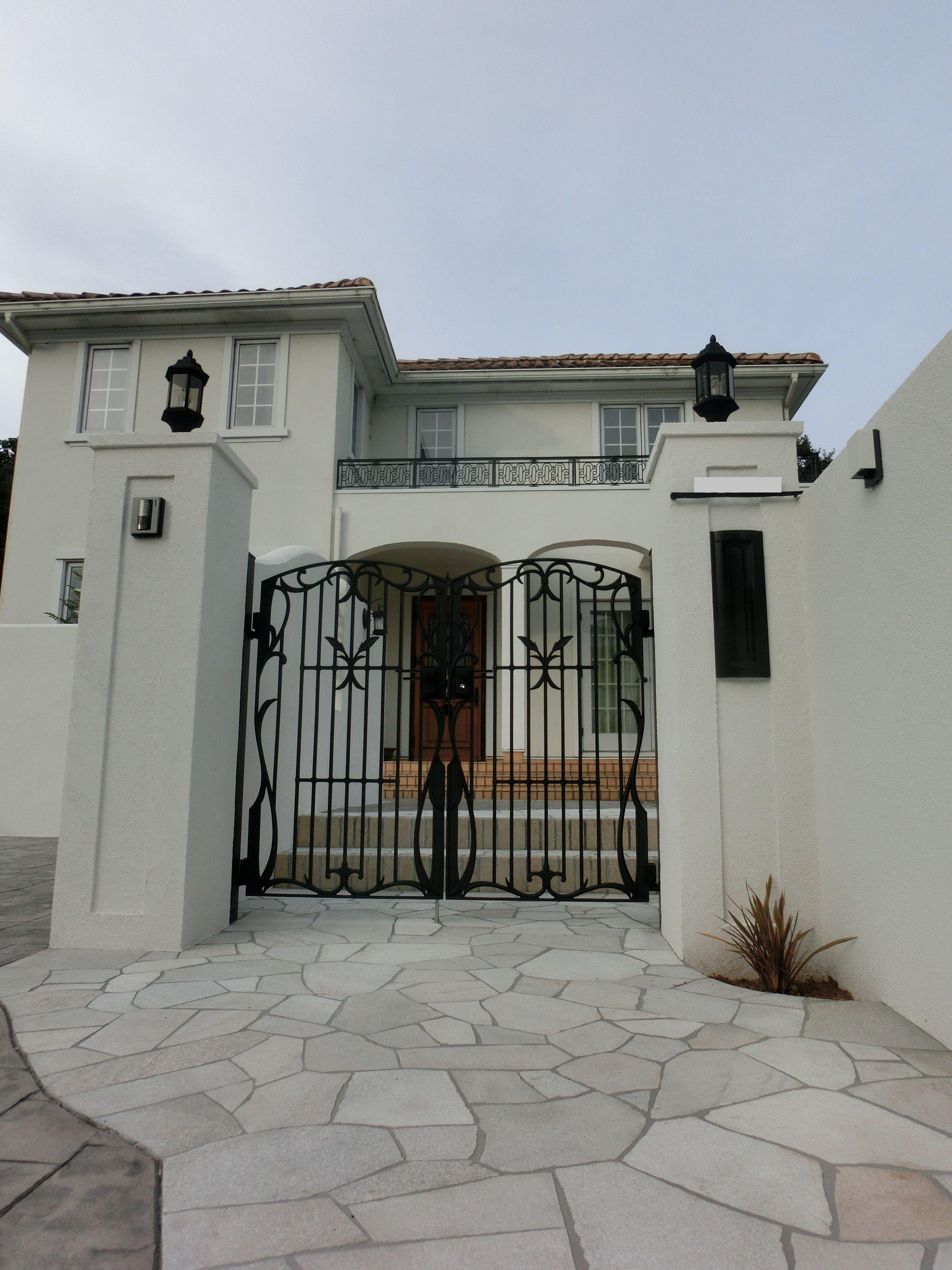 白いリゾート風の家にプロヴァンス風デザインの門柱に鋳物門扉 U様邸 UXのあるエクステリア 三重県津市 建築家:浜田強