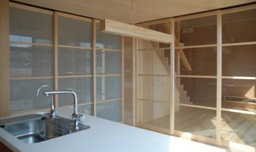 キッチン ガラス戸 リビングが見える 木 ナチュラル シンプル 住宅 house K 建築家 竹中 アシュ
