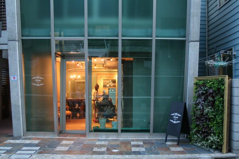 シンプルな外観にポイントの壁面緑化 美容室アコット