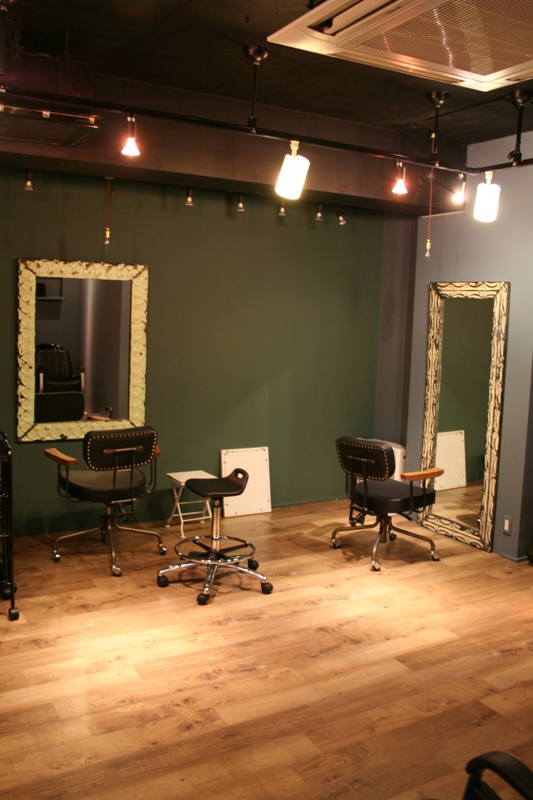 壁と鏡の一体感があるカットスペース