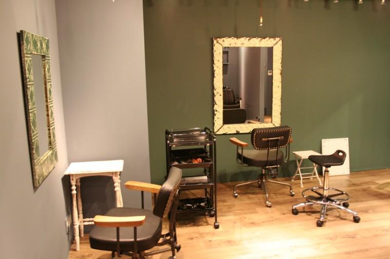 レトロなデザインの鏡や椅子、小カウンター