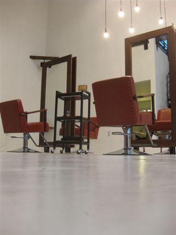 チークの鏡とアンティークな椅子