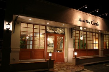 アンティークな木製の扉でナチュラルな外観の美容院 シェリー