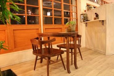 アンティークの椅子とテーブルやナチュラルな色のフロア