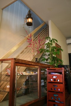 照明 アンティーク 家具 階段