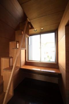階段 窓 月桂の家 建築家 梶浦 博昭