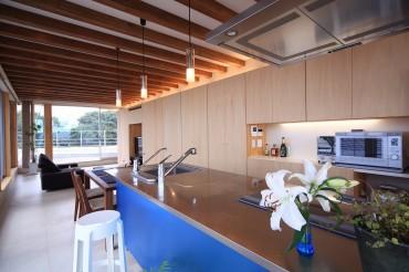 キッチン 昼 リビング テーブル 清流の家 建築家 梶浦 博昭