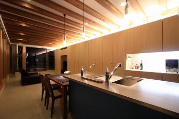 キッチン 夜 リビング テーブル 清流の家 建築家 梶浦 博昭