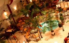 噴水のあるバリ風レストラン居酒屋