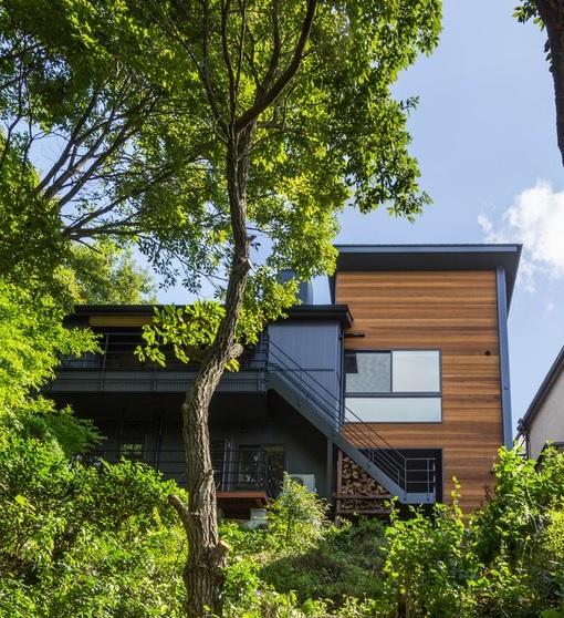 背後に山林のある家