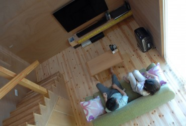 リビング 自然 照明 階段 エアコン 木 ナチュラル シンプル 住宅 カップル house K 建築家 竹中 アシュ