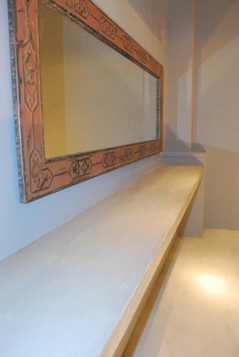 大きな鏡とカウンター